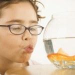 młoda dziewczyna co kissy twarz złota rybka — Zdjęcie stockowe