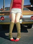 Mladá žena v nohu ohřívačů a podpatky — Stock fotografie