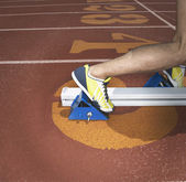 Atleten voeten in de startblokken — Stockfoto
