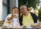 äldre par ta bild av sig själva — Stockfoto