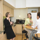 Businesswomen talking in break room — Fotografia Stock