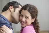 Vriendje vriendin kussen op de wang — Stockfoto