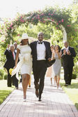 Bruiloft gasten jonggehuwden toejuichend — Stockfoto