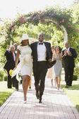 Invités de mariage applaudissent les nouveaux mariés — Photo