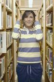10 代の少女が彼女の頭の上の本を分散 — ストック写真