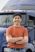 Homem de pé na frente do caminhão — Foto Stock