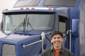 Man standing in front of truck — Foto Stock