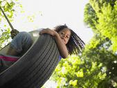 Retrato de menina no balanço de pneu — Fotografia Stock