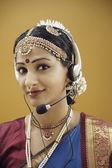 Mujer indígena en el vestido tradicional usando un auricular — Foto de Stock