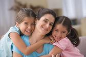 Ritratto di madre con due figlie — Foto Stock