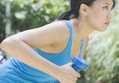 žena cvičení s činka — Stock fotografie