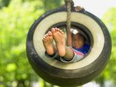 轮胎秋千上的女孩的肖像 — 图库照片