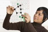 Portret kobiety trzyma model nauki — Zdjęcie stockowe