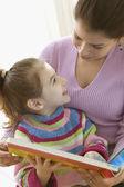 Mère et livre de lecture de jeune fille — Photo