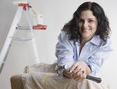 çekiç tutan kadın portresi — Stok fotoğraf