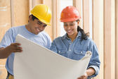 Two construction workers reading plans — Stock Photo