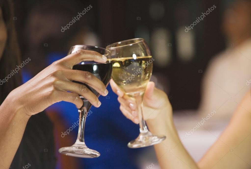 Cerca de las manos de dos de las mujeres brindando con for Imagenes de copas brindando