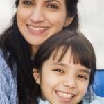spansktalande mor och dotter leende — Stockfoto