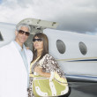 Couple standing in front of small jet — Stock Photo