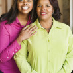 mor och dotter leende tillsammans — Stockfoto