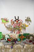 Grupo de niños con decoraciones de la navidad — Foto de Stock