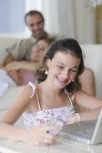 Dziewczyna z telefonu komórkowego i laptopa — Zdjęcie stockowe