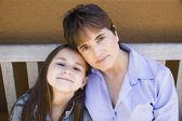 Spaanse moeder en dochter knuffelen — Stockfoto