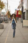 Young woman holding up shopping bags — Stockfoto