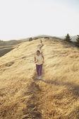 Mulher sênior, movimentando-se em um caminho de sujeira ao ar livre — Foto Stock