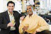 Due uomini con bevande al bar — Foto Stock