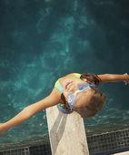 Hoge hoekmening van jonge meisje permanent op een duikplank — Stockfoto