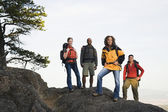 Amigos, caminhadas em terreno rochoso — Foto Stock