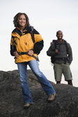 Casal caminhadas em terreno rochoso — Foto Stock