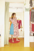 Mujer llevando un vestido en un probador — Foto de Stock