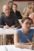 Erwachsene, die unter einer klasse — Stockfoto