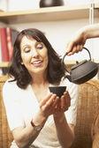 Donna viene servita il tè — Foto Stock