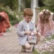 çocuk bahçesinde Paskalya yumurta toplama — Stok fotoğraf #23253230