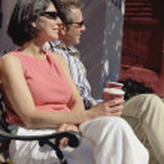 pareja de mediana edad sentado en Banco tomando café — Foto de Stock
