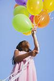 Menina asiática segurando o monte de balões — Foto Stock
