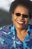 Zbliżenie starszy african american kobieta uśmiechając się — Zdjęcie stockowe