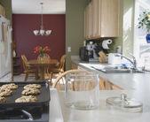 Fresh cookies next to empty cookie jar — Stock Photo