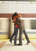 Pareja abrazándose en la estación de tren — Foto de Stock