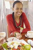 Афро-американских женщина ест салат — Стоковое фото