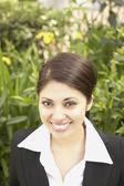Hispanic businesswoman smiling outdoors — Stock Photo