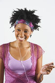 アフリカの女性の mp.3 プレーヤーを使用してスタジオ撮影 — ストック写真