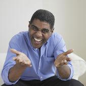 Afrikaanse zakenman met handen uit — Stockfoto