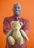 テディー ・ ベアを保持しているアフリカ人 — ストック写真