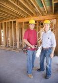 Dwóch pracowników budowlanych mężczyzna wewnątrz budowie — Zdjęcie stockowe