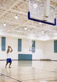 Uomo con basket su corte — Foto Stock