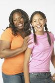Foto estudio africana madre e hija sonriendo — Foto de Stock